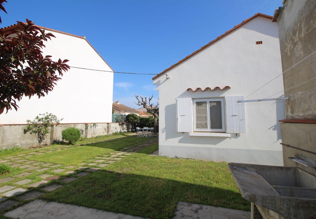 House in Canet-en-Roussillon - Maison à deux pas de la plage avec agréable jardin.