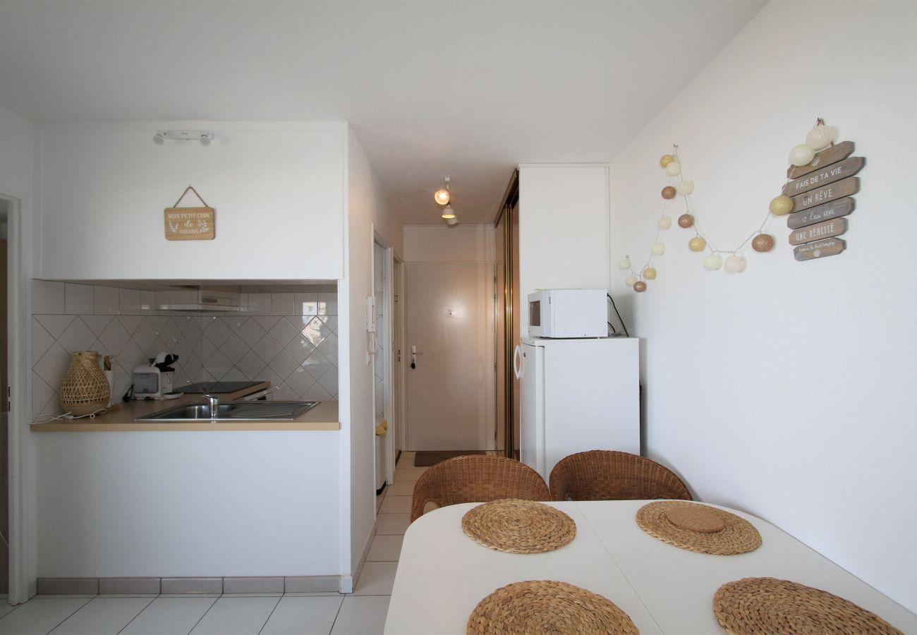 Apartment in Canet-en-Roussillon - appartement 4 personnes vue mer piscine et parking
